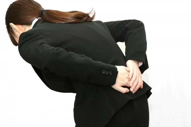 腰を痛める女性